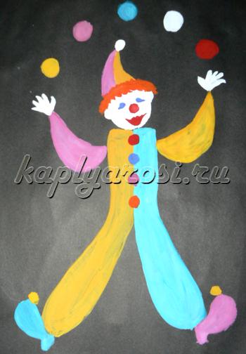 Клоун и разноцветные мячики